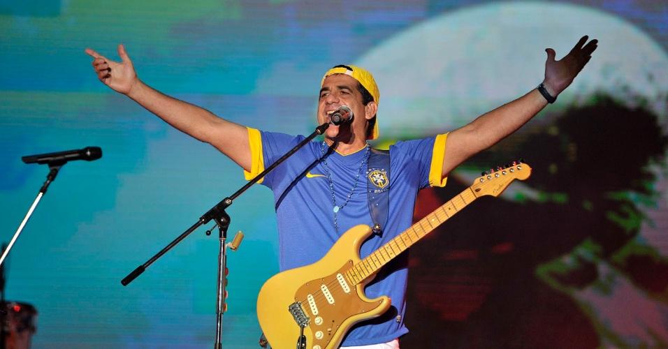 17.jan.2013 - Durval Lelys da Asa de Águia toca os maiores sucessos do grupo no segundo dia do Festival de Verão 2013, em Salvador. O festival acontece até o dia 19 de janeiro no Parque de Exposições