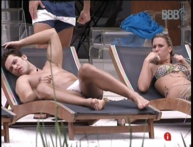 17.jan.2013 - Elieser e Marien curtem a piscina e aproveitam para tomar um sol