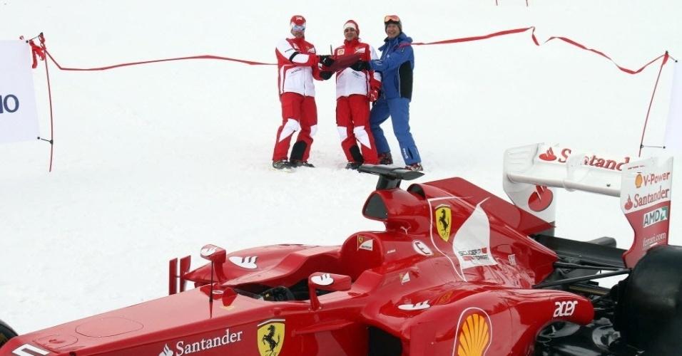 17.jan.2013 - Fernando Alonso (e) e Felipe Massa conversam em frente a um modelo da Ferrari em Madonna di Campiglio