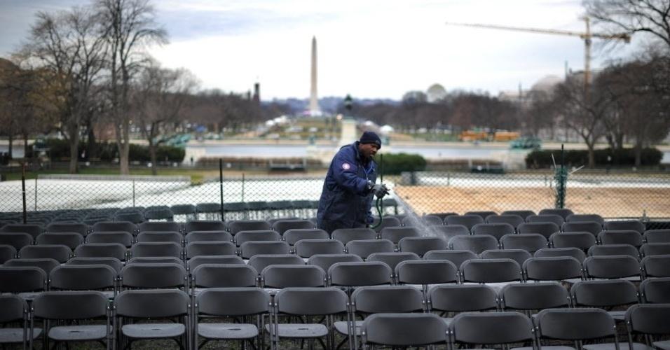 17.jan.2013 - Funcionário prepara local, em Washington (EUA), onde ocorrerá a cerimônia de posse do segundo mandato do presidente Barack Obama na próxima segunda-feira (21)