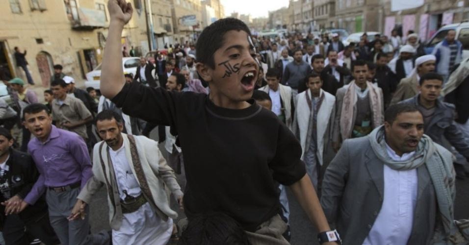 17.jan.2013 -  Garoto participa de protesto em Sanaa, Iêmen, que exige diálogo com o presidente Abd-Rabbu Mansour Hadi. Os manifestantes também pedem o julgamento do ex-presidente Ali Abdullah Saleh, acusado de  crimes de repressão, durante o período  em que esteve no poder