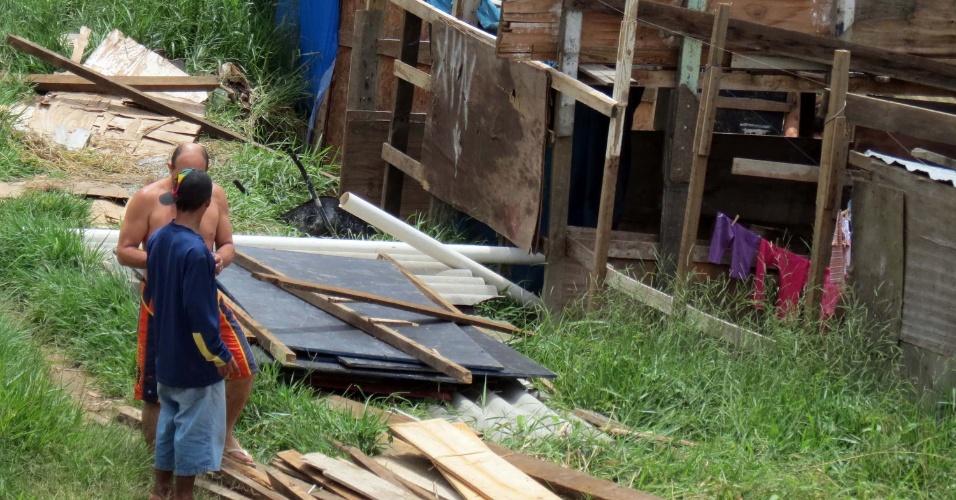 17.jan.2013 - Homens trabalham na construção de barracos num córrego que fica perto da marginal Pinheiros, sentido Interlagos, em São Paulo