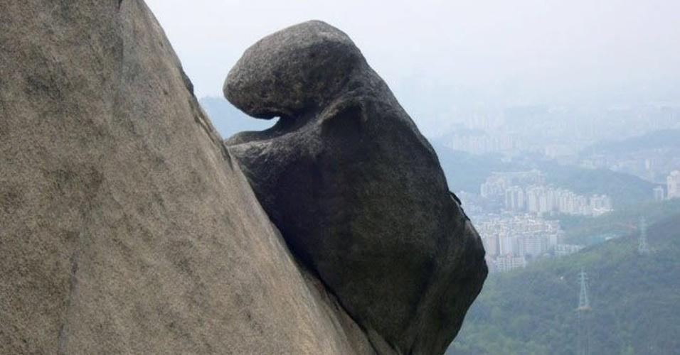 17.jan.2013 - Imagem parecida a de um urso escalando as rochas do Monte Burkhan, ao norte de Seul (Coreia do Sul), está entre as ganhadoras de um concurso de funcionários do Estado cujo foco são paisagens de parques nacionais no país