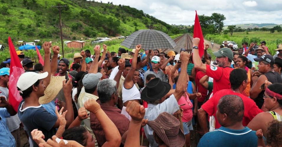 17.jan.2013 - Integrantes do MST (Movimento do Sem Terra), que ocupam uma propriedade rural em Tumiritinga (MG), bloquearam um trecho da ferrovia Vitória-Mina, próximo ao assentamento para protestar contra decisão da Justiça  que pede a reintegração de posse de área invadida em Governador Valadares (MG)