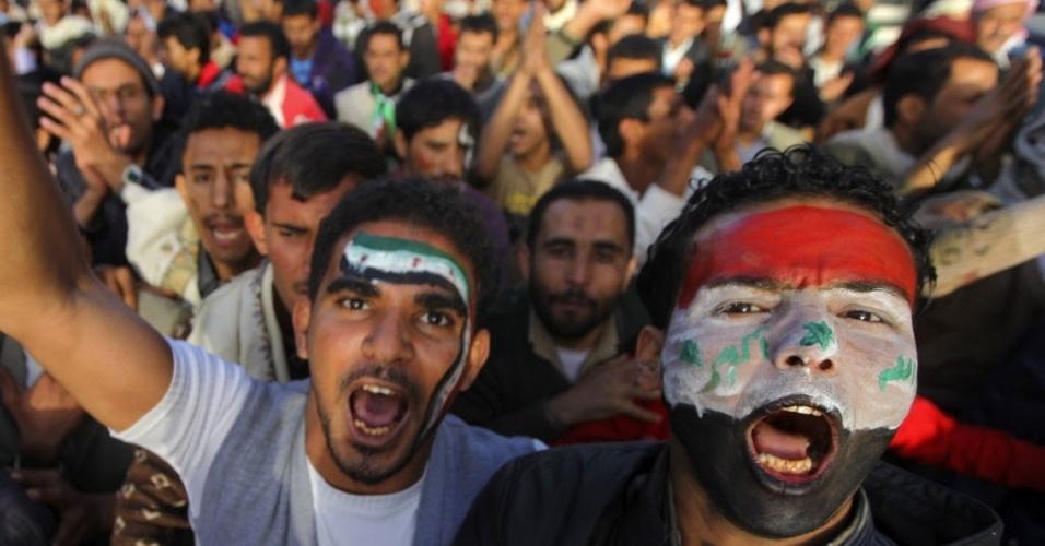 17.jan.2013 - Manifestantes pró-democracia se reúnem em Sanaa, no Iêmen, nesta quinta-feira (17). Os manifestantes exigem diálogo com o presidente Abd-Rabbu Mansour Hadi e o julgamento do ex-presidente Ali Abdullah Saleh, acusado de crimes de repressão, durante o período  em que esteve no poder