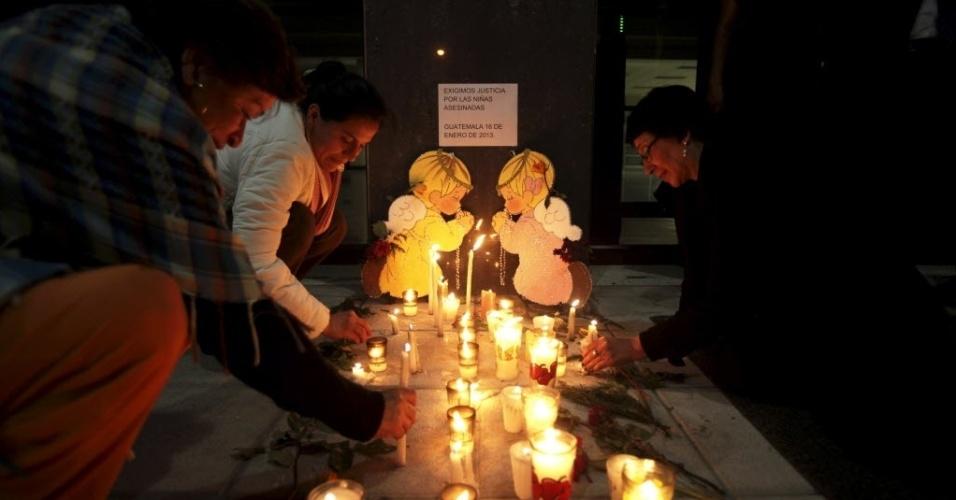 17.jan.2013 - Mulheres acendem velas no lado de fora do prédio do Ministério Público para pedir justiça depois da morte de duas meninas, de 6 e 12 anos, na Cidade da Guatemala. De acordo com a imprensa local, os corpos das crianças foram encontrados com sinais de estrangulamento