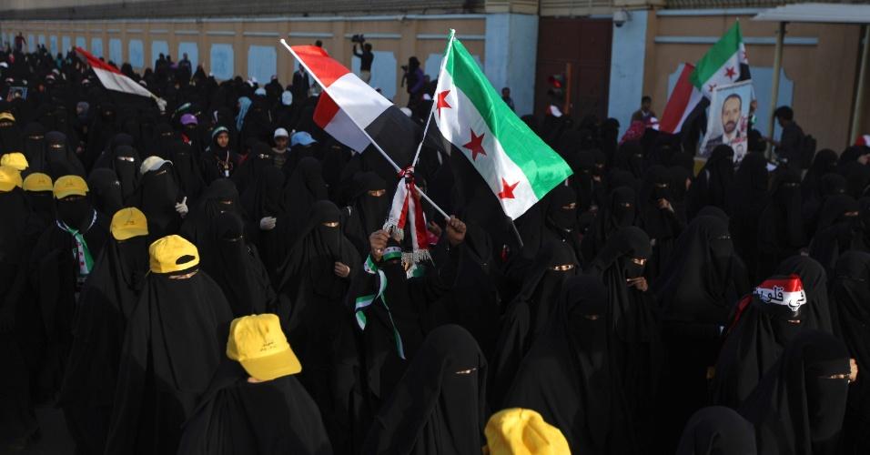17.jan.2013 - Mulheres participam de uma manifestação em Sanaa, no Iêmen, nesta quinta-feira (17). Os manifestantes exigem diálogo com o presidente Abd-Rabbu Mansour Hadi e o julgamento do ex-presidente Ali Abdullah Saleh, acusado de crimes de repressão, durante o período  em que esteve no poder