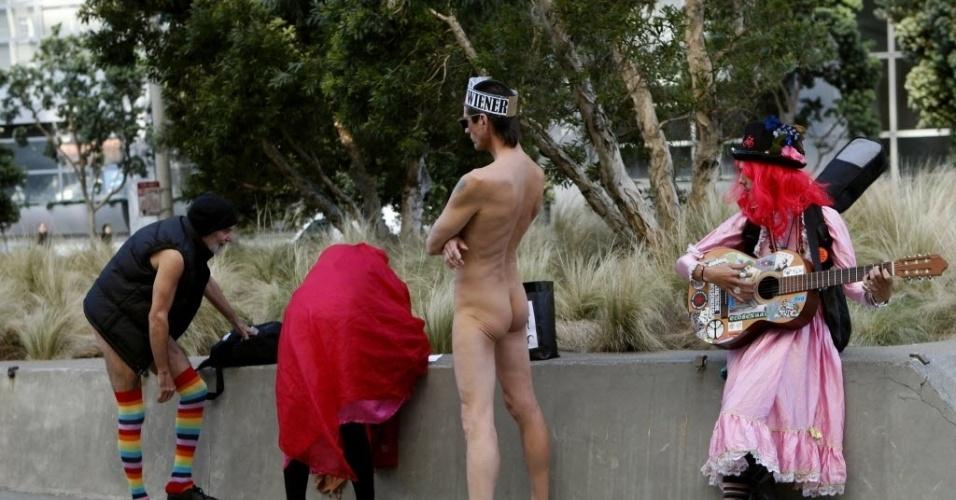 17.jan.2013 - Nudistas preparam participação em reunião no palácio da Justiça em San Francisco, Califórnia (EUA), para discutir bloqueio  da medida que proíbe  a nudez em público na cidade califorrniana