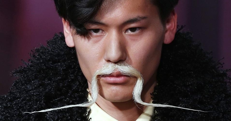 17.jan.2013 - O estilista japonês Yohji Yamamoto brincou com barbas e