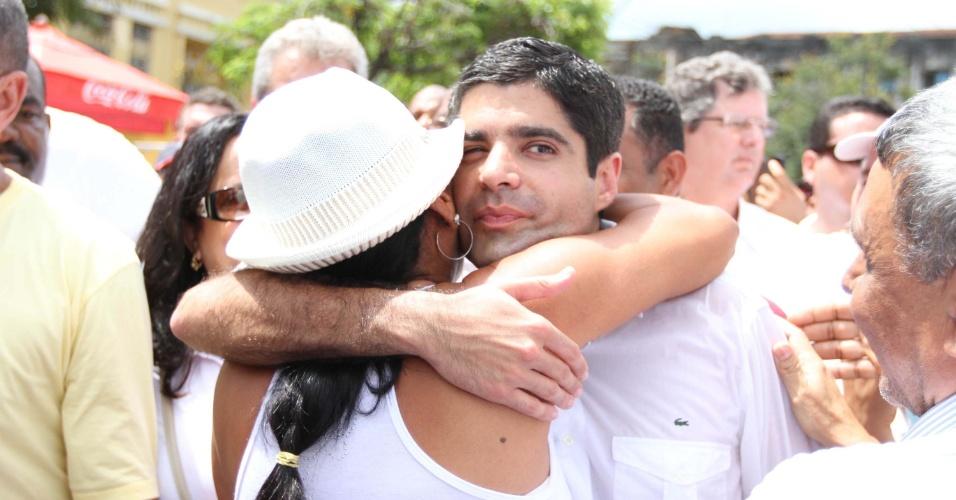 17.jan.2013 - O Prefeito de Salvador, ACM Neto (DEM), abraça simpatizante durante a tradicional lavagem da igreja Nosso Senhor do Bonfim, na capital da Bahia