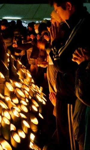 17.jan.2013 - Pessoas acendem velas e rezam em parque de Kobe (Japão), durante homenagem às vítimas de um terremoto devastador que matou 6.400 pessoas na região em 1995