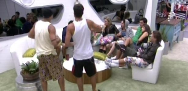 17.jan.2013 - Yuri e André dançam para os outros brothers enquanto aguardam a prova do líder. Yuri admitiu que não usa cueca há 15 anos