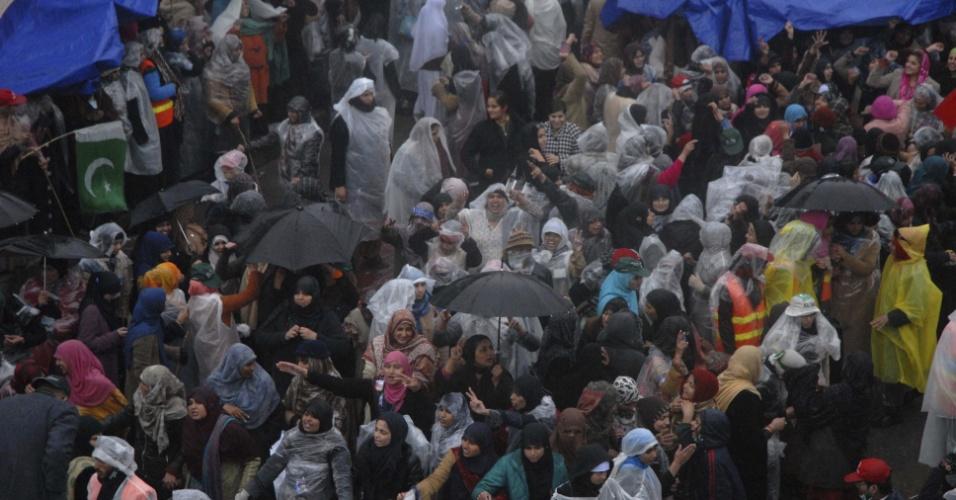 17.jan.2013- Apoiadores de Tahirul Qadri,  fundador da organização internacional islâmica Minhaj-ul-Quran, acompanham o discurso do líder durante um protesto em Islamabad, no Paquistão, pedindo a dissolução do parlamanto do país