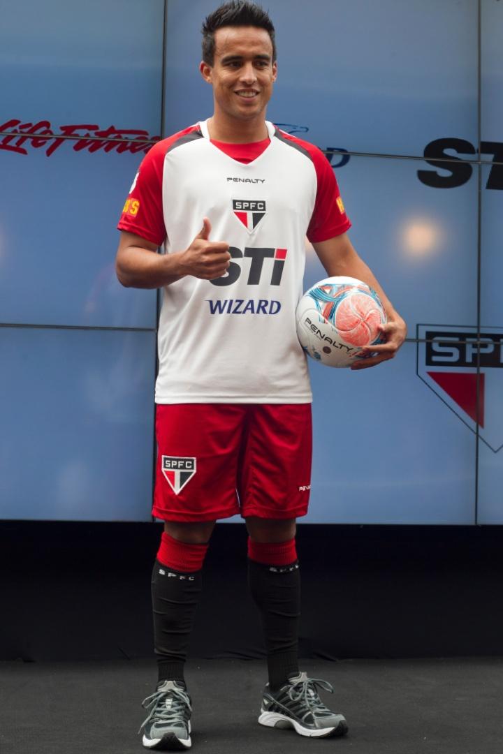 17.jan.2013- Jadson posa com novo uniforme de treino do São Paulo