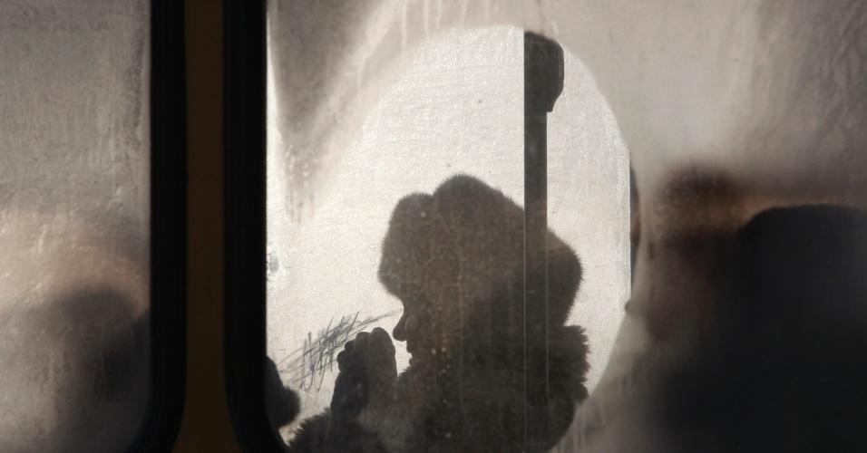 17.jan.2013- Janela de ônibus fica embaçada devido às baixas temperaturas na cidade de Tyumen, a Rússia. Os termômetros chegaram a marcar -27ºC