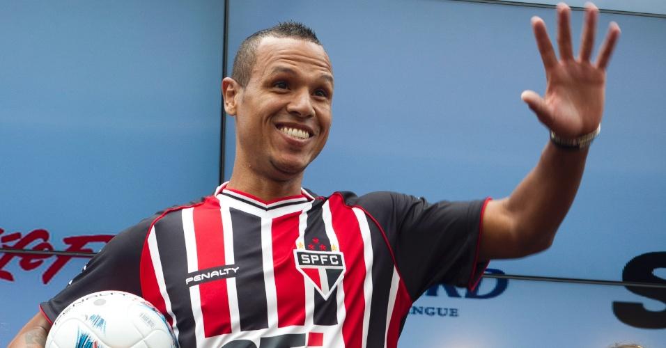 17.jan.2013- Luis Fabiano acena para os presentes em evento de lançamento do novo uniforme do São Paulo no bar do Estádio do Morumbi