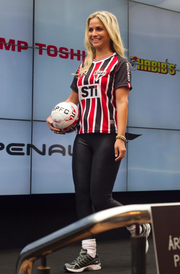 17.jan.2013- Modelo desfila com versão feminina da nova segunda camisa do São Paulo