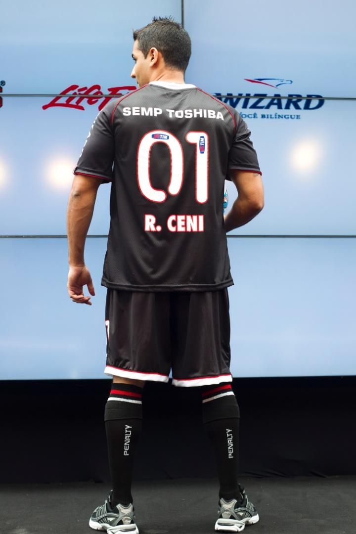 17.jan.2013- Modelo exibe costas do novo uniforme do goleiro Rogério Ceni