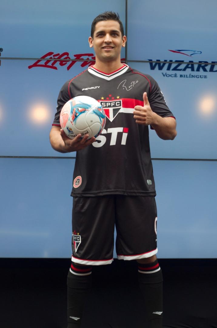17.jan.2013- Modelo exibe novo uniforme do goleiro Rogério Ceni