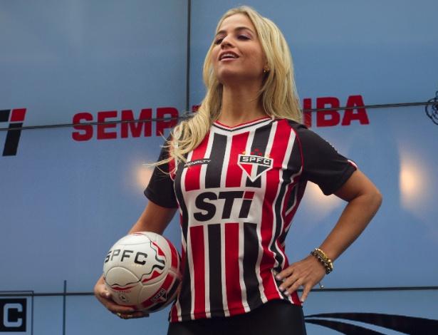 17.jan.2013- Modelo exibe versão feminina da nova segunda camisa do São Paulo