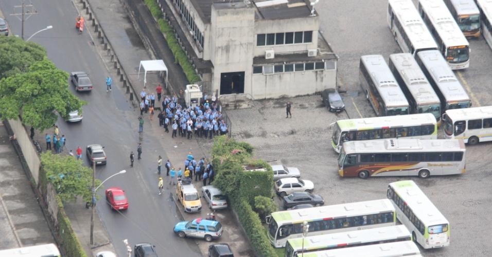 17.jan.2013- Motoristas de ônibus da viação Paranapuã, na Ilha do Governador, zona norte do Rio de Janeiro
