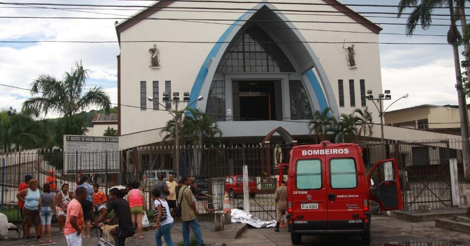 17.jan.2013- Um homem cuja identidade não foi divulgada teve um infarto e morreu, em frente à igreja do Carmo, na avenida Vicente Carvalho,  na zona norte do Rio de Janeiro