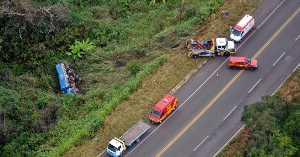 17.jan.2013- Uma carreta tombou na BR 381, em Caete (MG). Duas pessoas ficaram feridas e foram levadas para um hospital da região