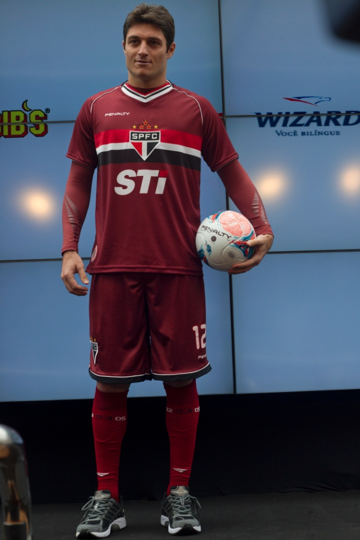 17.jan.2013-Dênis desfila com novo uniforme de goleiros do São Paulo