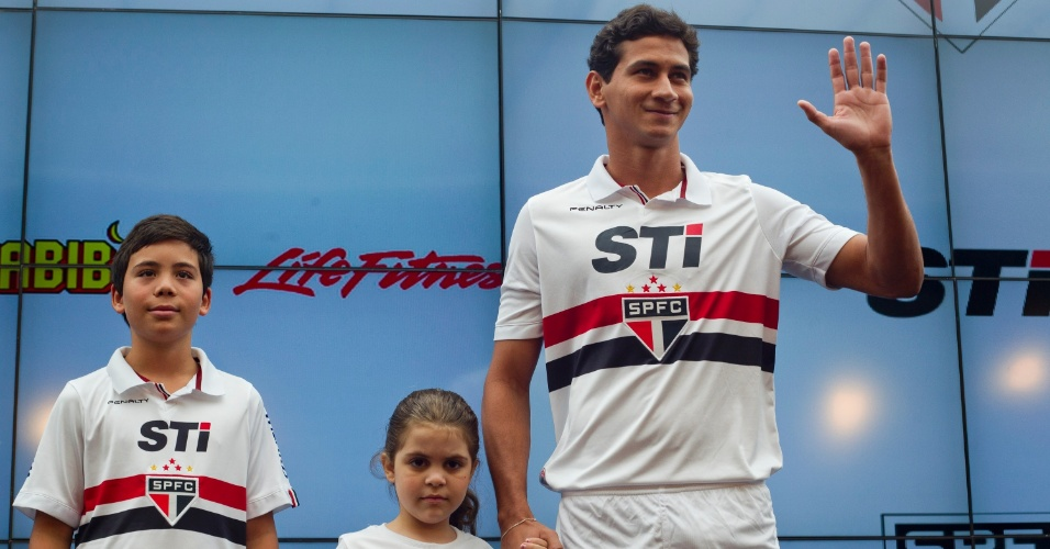 17.jan.2013-Ganso acena para os presentes em evento de lançamento do novo uniforme do São Paulo no bar do Estádio do Morumbi