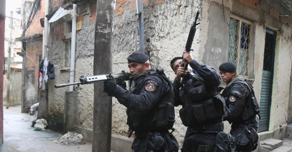 17.jan.2013-Policiais das unidades que integram o Comando de Operações Especiais (COE) realizam operação nas favelas do Rato Molhado, no Engenho Novo, e do Arará, em Benfica, na zona norte do Rio de Janeiro. Na operação, um suspeito foi preso e foram apreendidos um revólver calibre 32, frascos de lança perfume, material para embalar droga, peças de um fuzil, nove carregadores de submetralhadora, crack, maconha hidropônica e seis máquinas caça-níqueis