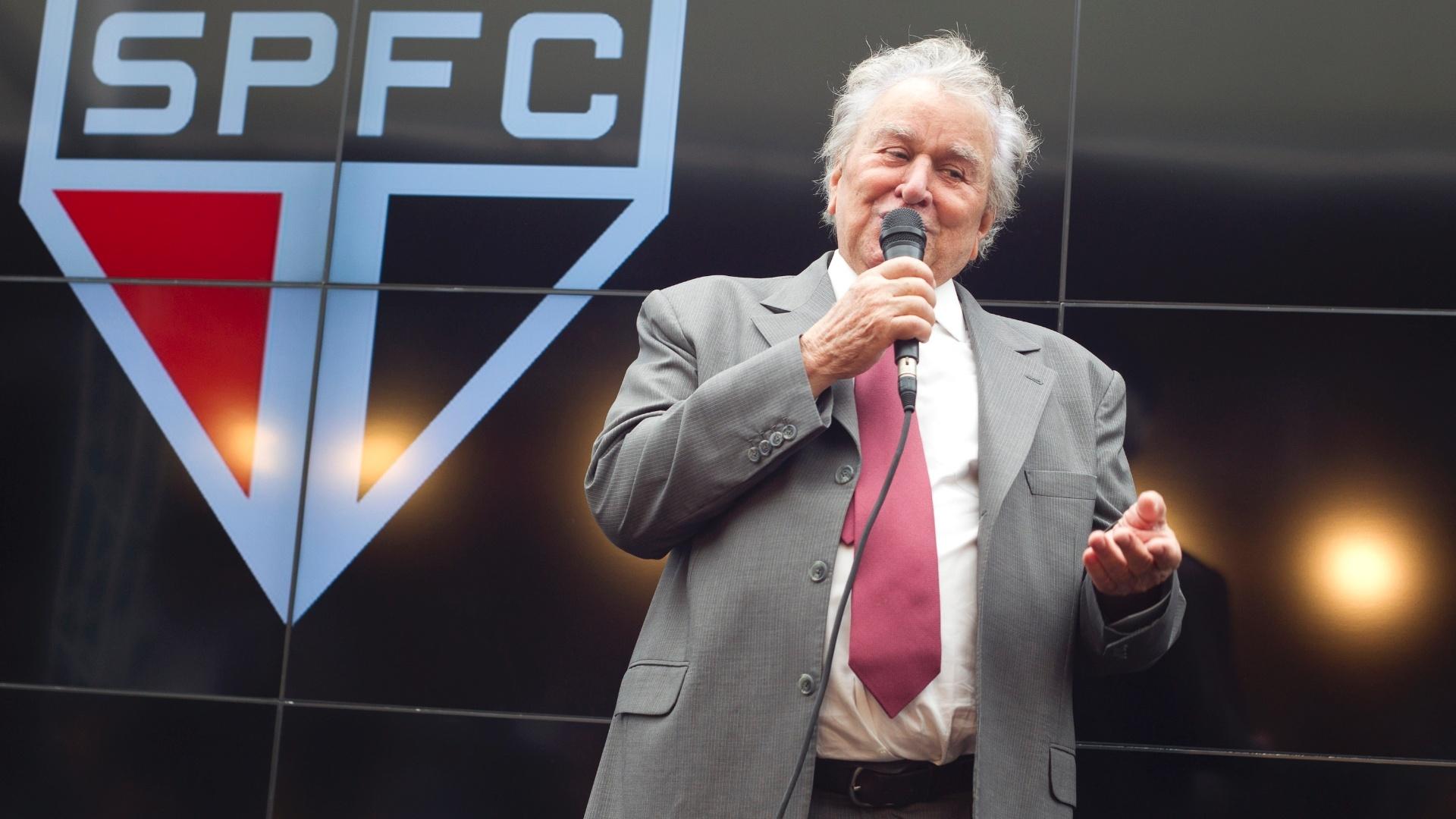 17.jan.2013-Presidente do São Paulo, Juvenal Juvêncio discursa durante evento de lançamento do novo uniforme do time