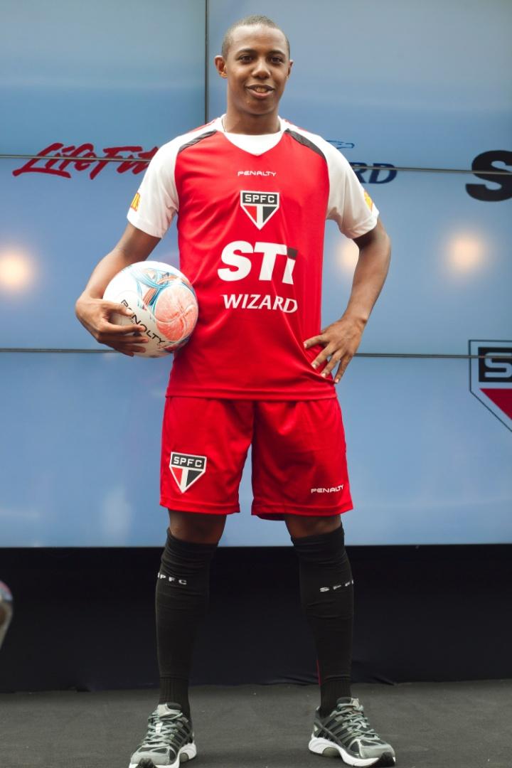 17.jan.2013-Wellington exibe novo uniforme de treino durante evento realizado no bar do Estádio do Morumbi em São Paulo