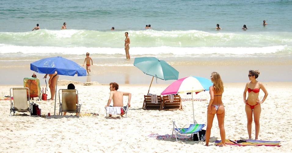 17.nov.2013- Banhistas aproveitam a manhã de forte calor, na praia de Ipanema, zona sul do Rio de Janeiro