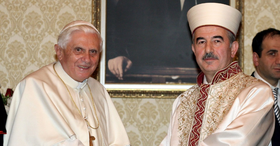 28.nov.2006 - O papa Bento 16 e Ali Bardakoglu, clérigo responsável por questões religiosas no governo da Turquia, se cumprimentam em Ancara, no primeiro dia de viagem do sumo pontífice ao país. O papa pediu um diálogo entre as religiões