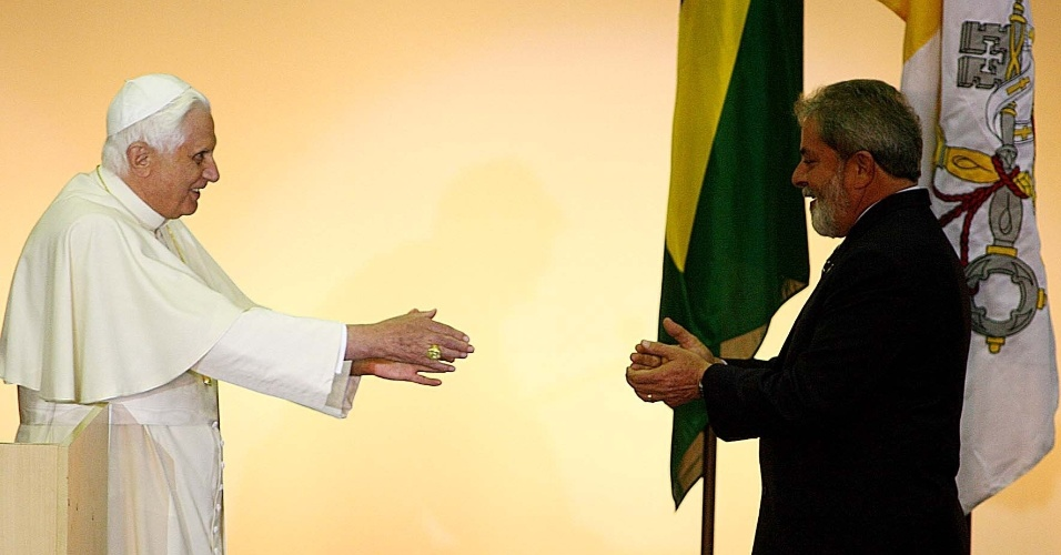 9.mai.2007 - O presidente Luiz Inácio Lula da Silva cumprimenta o papa Bento 16, em sua chegada a Guarulhos, em São Paulo