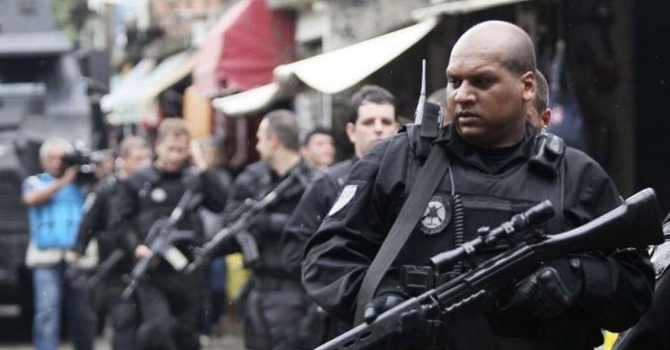 Policiais do Bope (Batalhão de Operações Especiais) patrulham a favela do Jacarezinho, na zona norte do Rio de Janeiro, durante processo de ocupação da região