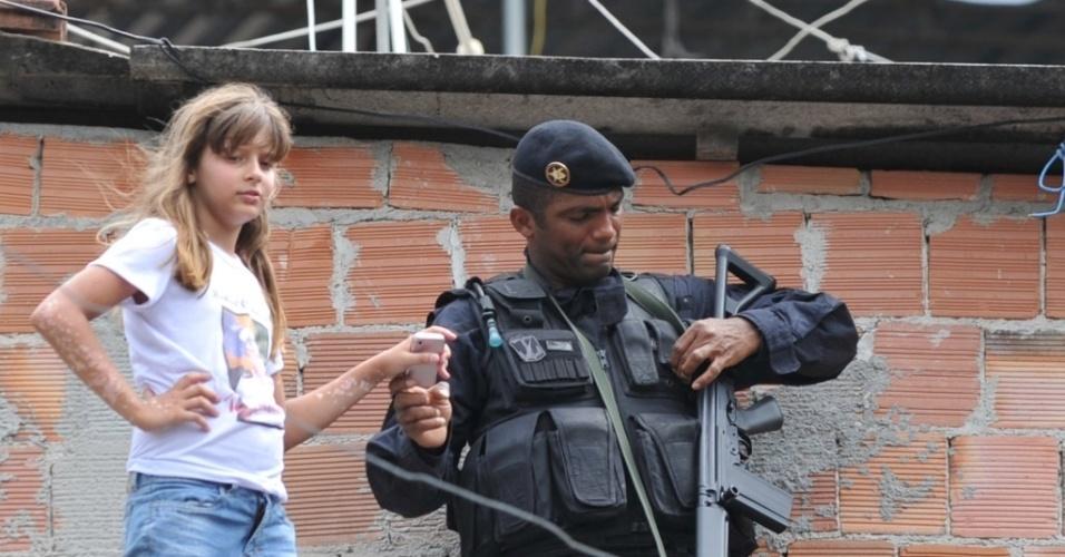 Criança e policial do Bope na inauguração da UPP do Morro dos Macacos, no Rio de Janeiro