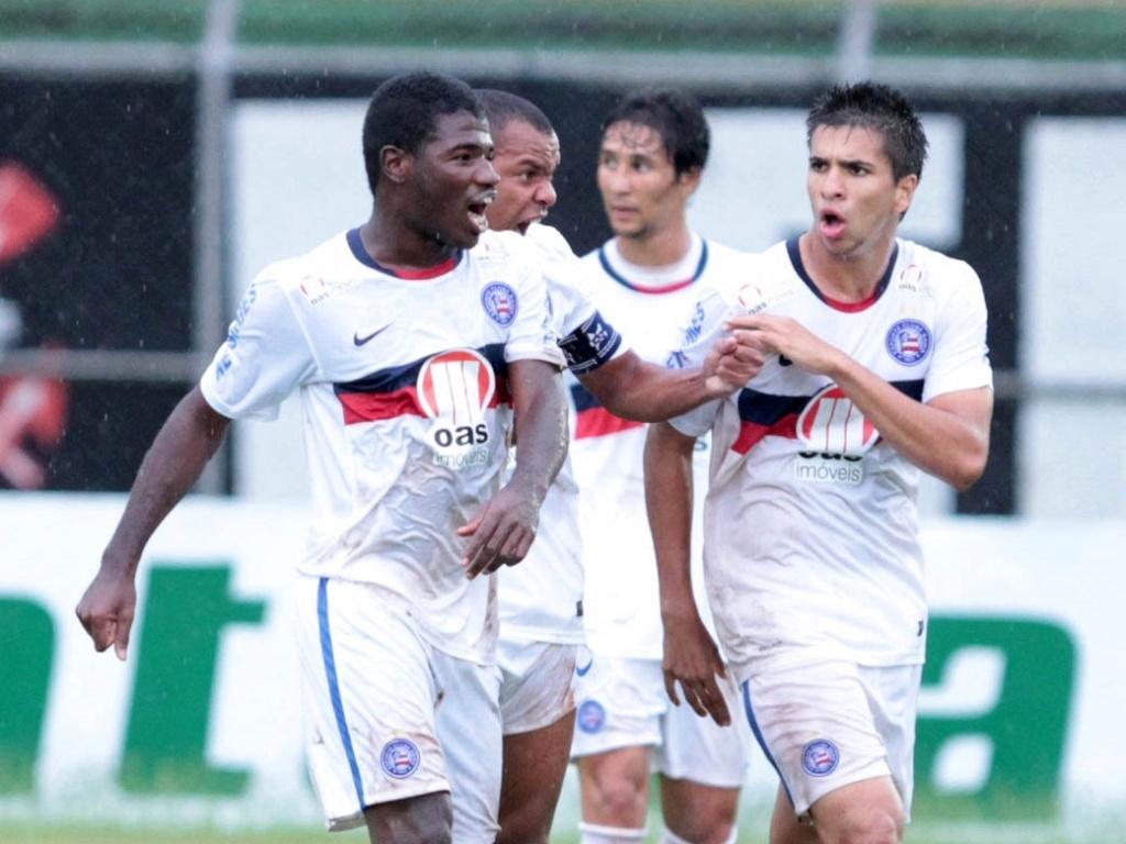 Feijão (e) comemora após marcar o gol da vitória do Bahia sobre o Corinthians na Copa São Paulo de Juniores (16/01/2013)