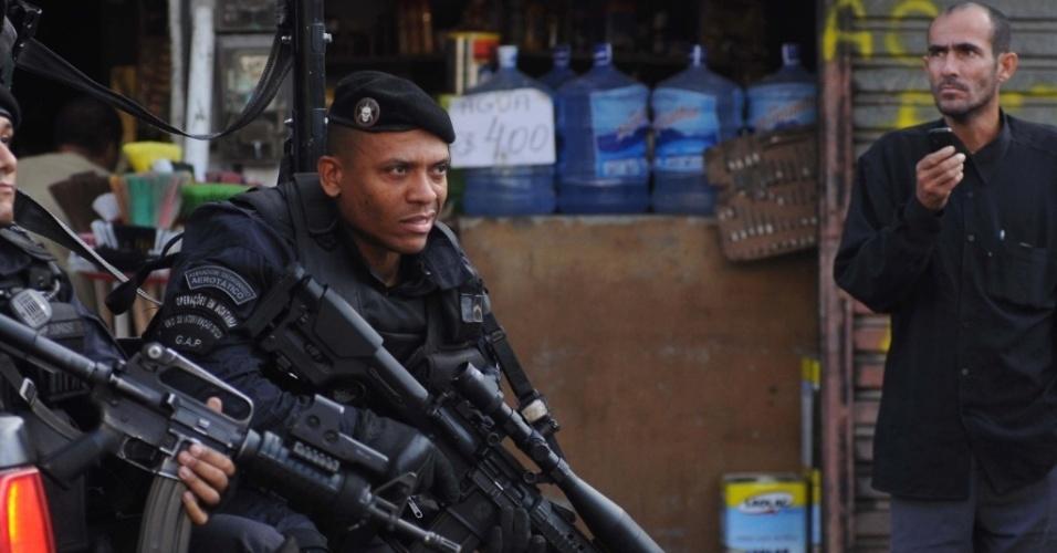 Homens do Bope chegam à Vila Cruzeiro, para substituir as tropas do Exército que ocupavam a área