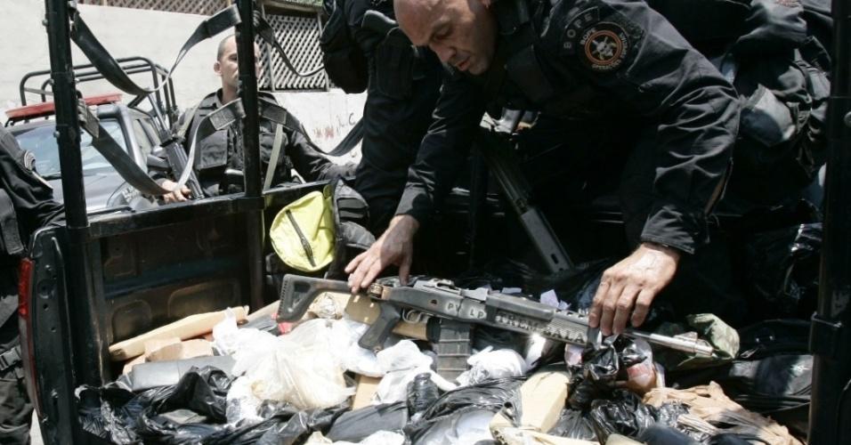 Policiais do Batalhão de Operações Especiais (Bope) apreendem armamento durante ação na favela da Árvore Seca, na zona norte do Rio de Janeiro
