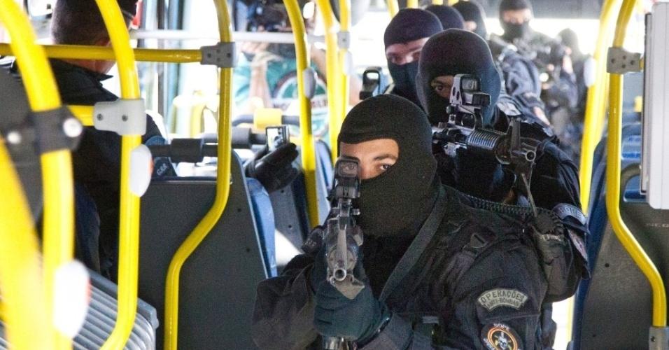 Policiais do Bope simulam ação contra assalto em ônibus durante visita ao BRT Transoeste, corredor expresso que liga a Barra da Tijuca a Santa Cruz, na zona oeste do Rio de Janeiro