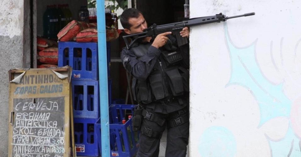 Soldados do Batalhão de Operações Policiais Especiais (Bope) realizam operação no Morro do Dezoito, em Água Santa, zona norte do Rio de Janeiro
