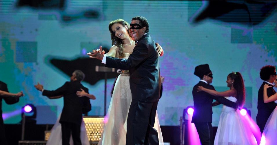 17.jan.2013 - Ivete Sangalo no segundo dia do Festival de Verão 2013, em Salvador. A cantora baiana subiu ao palco com um vestido de debutante e dançou valsa, em referência à sua 15ª apresentação no festival que acontece até o dia 19 de janeiro no Parque de Exposições