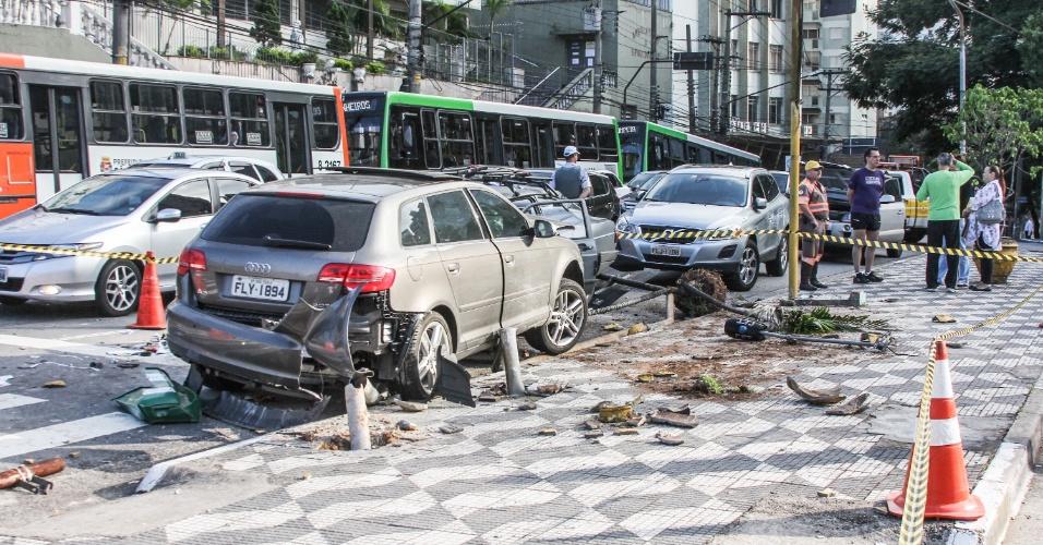 18.jan.2013 - Acidente envolvendo dois carros ocorreu na manhã desta sexta-feira(18) na rua Cardeal Arcoverde com a praça Benedito Calixto, no bairro de Pinheiros, em São Paulo. Não há informações sobre possíveis vítimas
