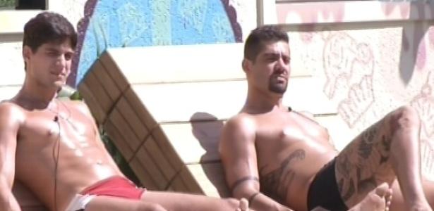 18.jan.2013 - André e Yuri tomam sol na beira da piscina enquanto conversam sobre amizades