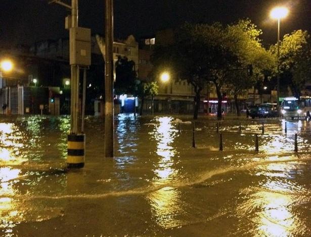 18.jan.2013 - Foto publicada na madrugada desta sexta-feira (18) no Twitter pelo internauta Rodrigo Silva (@rodrigosilva10) mostra alagamento na rua Campo de São Cristóvão, na área central do Rio de Janeiro, após fortes chuvas que atingiram a região