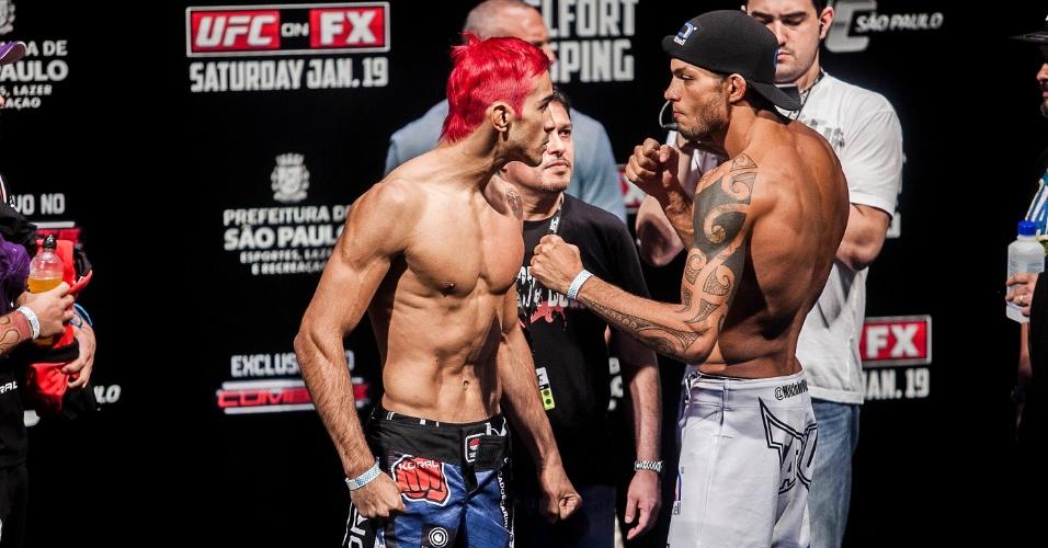 18.jan.2013 - Godofredo Pepey, com o cabelo rosa, encara Miltinho Vieira, seu adversário no UFC São Paulo
