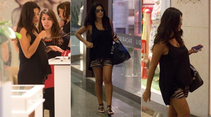 18.jan.2013 - Grávida, Juliana Paes circulou por um shopping da zona oeste do Rio. A atriz é casada com Carlos Eduardo Baptista e já é mãe de Pedro