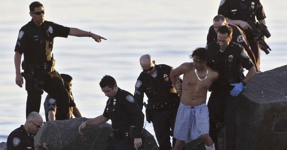 18.jan.2013 - Homem é detido na praia de Veneza, em Los Angeles, Califórnia (EUA), após perseguição policial. Ele e outro homem são suspeitos de ameaçar com uma arma um funcionário de um supermercado