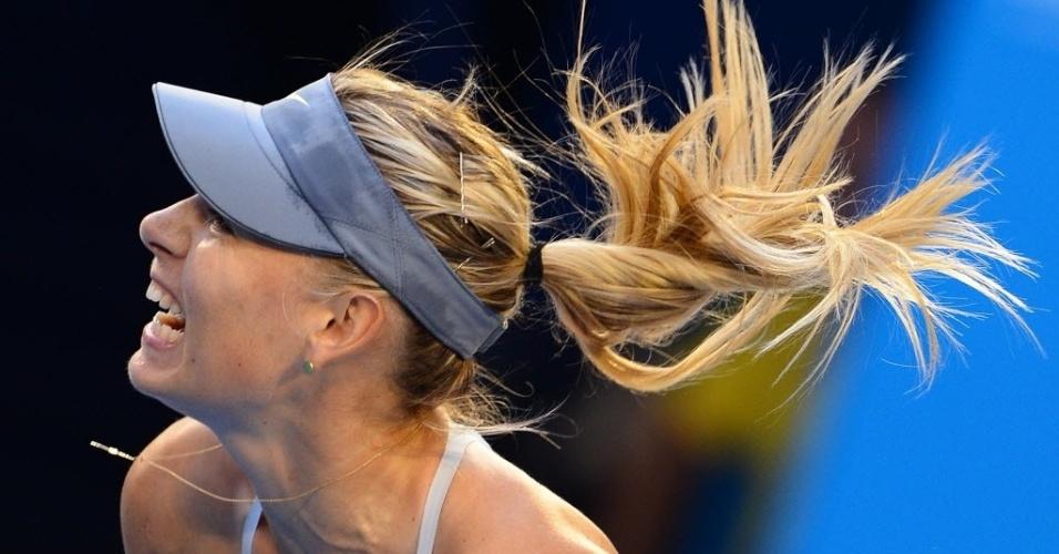 18.jan.2013 - Maria Sharapova dá mais um de seus gritos enquanto rebate bola na vitória sobre Venus Williams